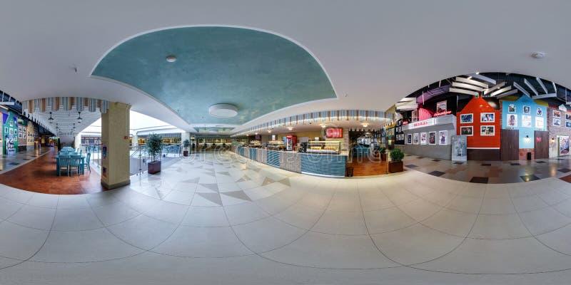 MINSK, BIELORUSSIA - AGOSTO 2014: vista di angolo di panorama 360 nell'interno di grande centro commerciale concentrare commercia immagine stock