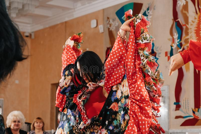 Minsk, Bielorussia - 21 aprile 2018 Allure - Mostra insieme di Lyudmila Rodionova Gypsy Tabo Gypsies immagine stock