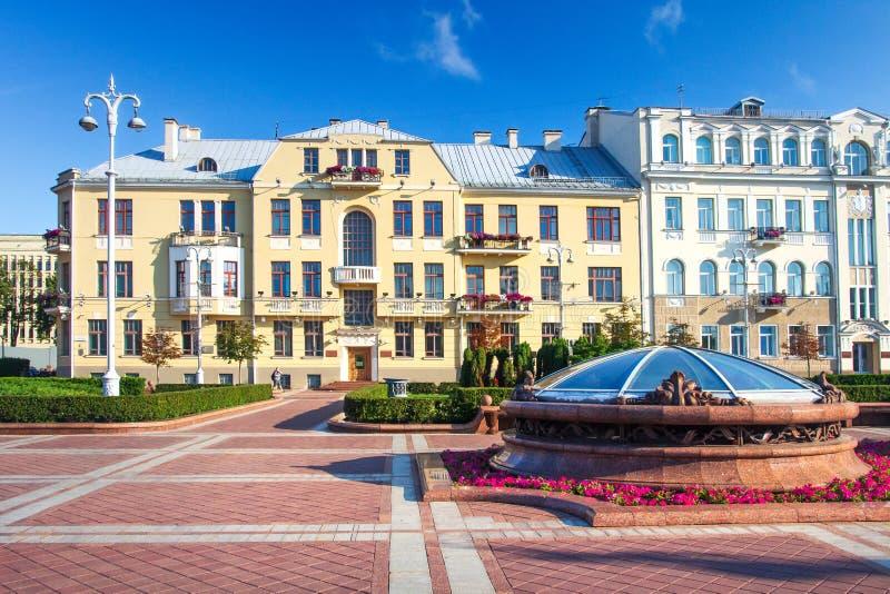 Minsk Bielorussia, costruzioni sul quadrato di indipendenza il giorno di estate fotografia stock