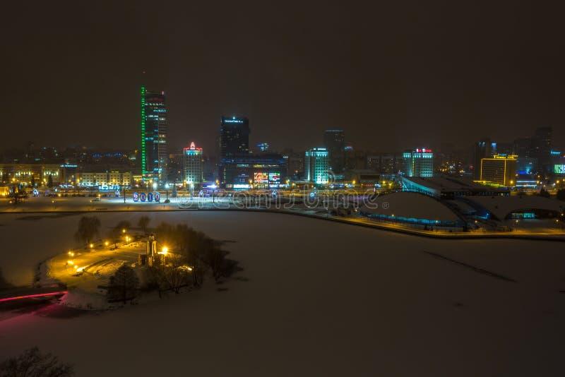 MINSK, BIELORUSSIA - DICEMBRE 2018: luci della citt? di notte Grattacielo leggero nel paesaggio di inverno fotografia stock libera da diritti