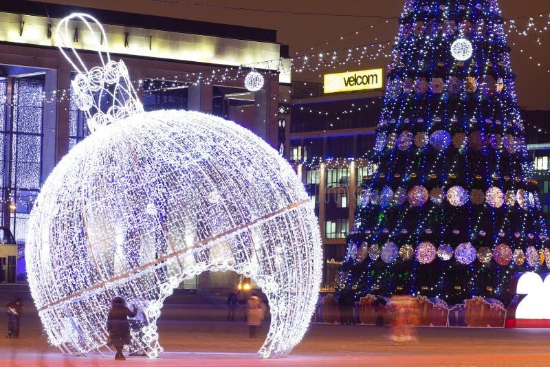 Minsk, Bielorussia - 9 gennaio 2018: Notte Minsk nel tempo del nuovo anno e di Natale Albero di Natale decorato sul quadrato gene fotografia stock