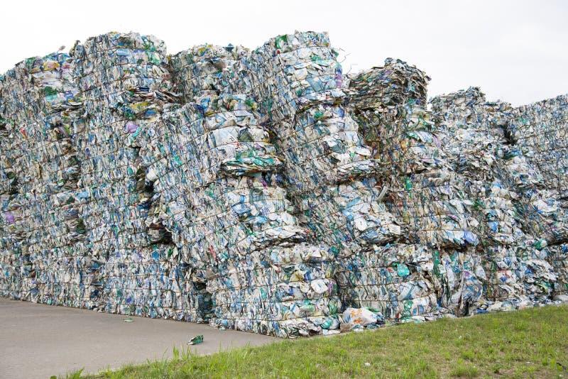 Minsk, Bielorussia - 6 giugno 2019 Mucchio delle latte urgenti di tetrapack in una pianta della raccolta dei rifiuti fotografie stock