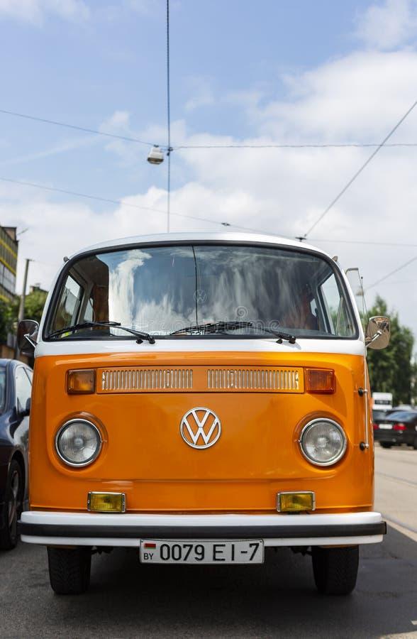 Minsk, Bielorussia, il 14 agosto 2018 - tipo arancio e bianco di Volkswagen - T2 di VW 2 ha parcheggiato sulla via, conosciuta co fotografia stock libera da diritti