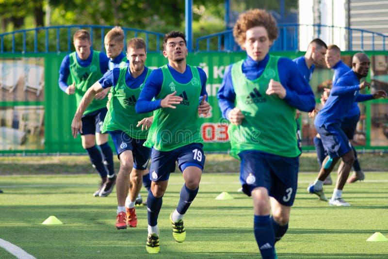 MINSK, BIELORUSSIA - 14 MAGGIO 2018: Addestramento del calciatore NOYOK ALEKSANDR prima del calcio bielorusso della Premier Leagu immagine stock libera da diritti