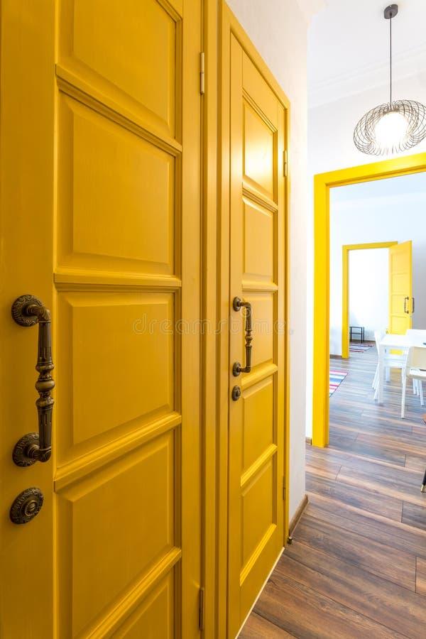 MINSK, BIELORUSSIA - marzo 2019: retro interno luminoso degli appartamenti piani dei pantaloni a vita bassa con la porta gialla immagini stock libere da diritti