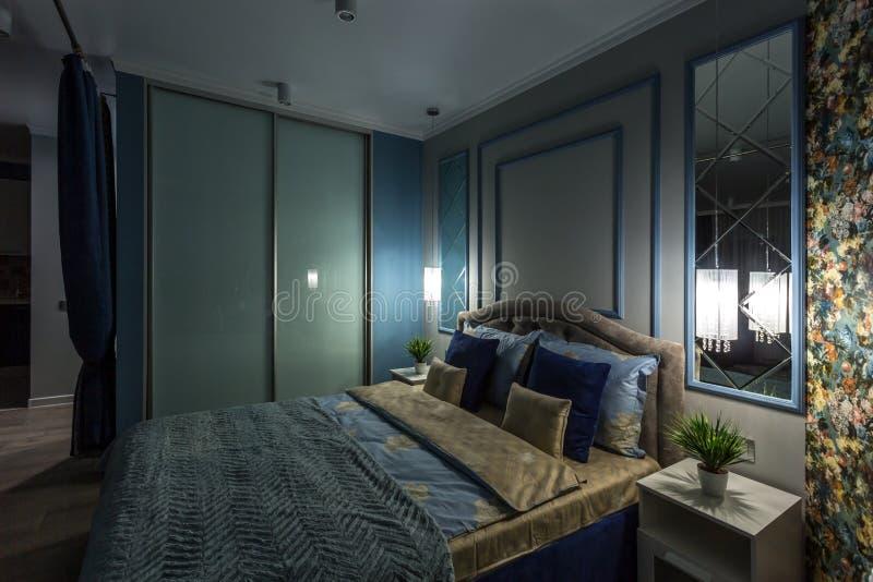 MINSK, BIELORUSSIA - SETTEMBRE 2019: Interno di una moderna camera da letto intima con caminetto in appartamenti da studio fotografia stock libera da diritti