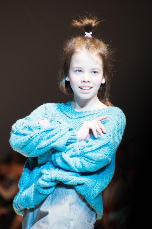 MINSK 7 DE NOVIEMBRE: Una muchacha no identificada lleva la colección en la exposición internacional de la moda, día d del vestid foto de archivo