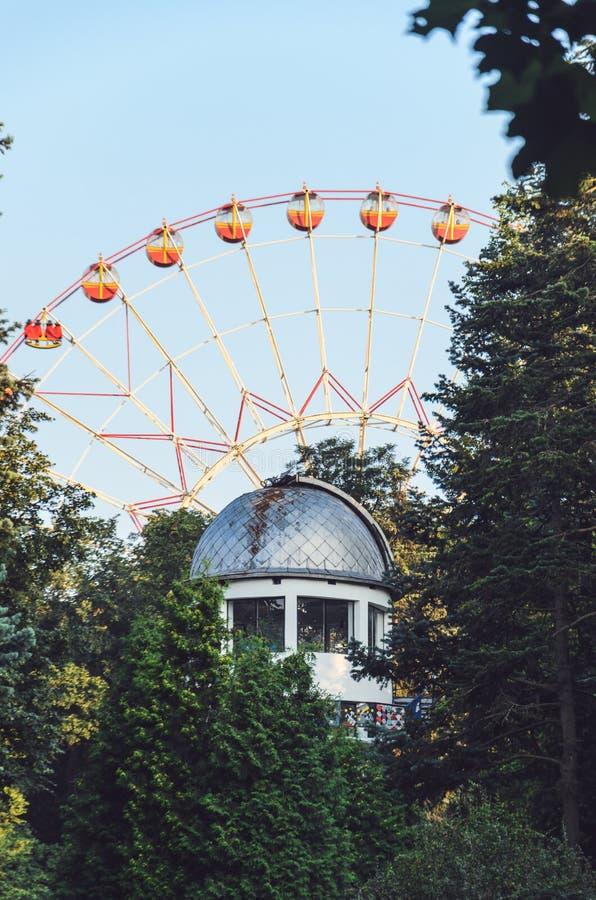 Minsk Ferris Wheel Behind el observatorio fotos de archivo libres de regalías