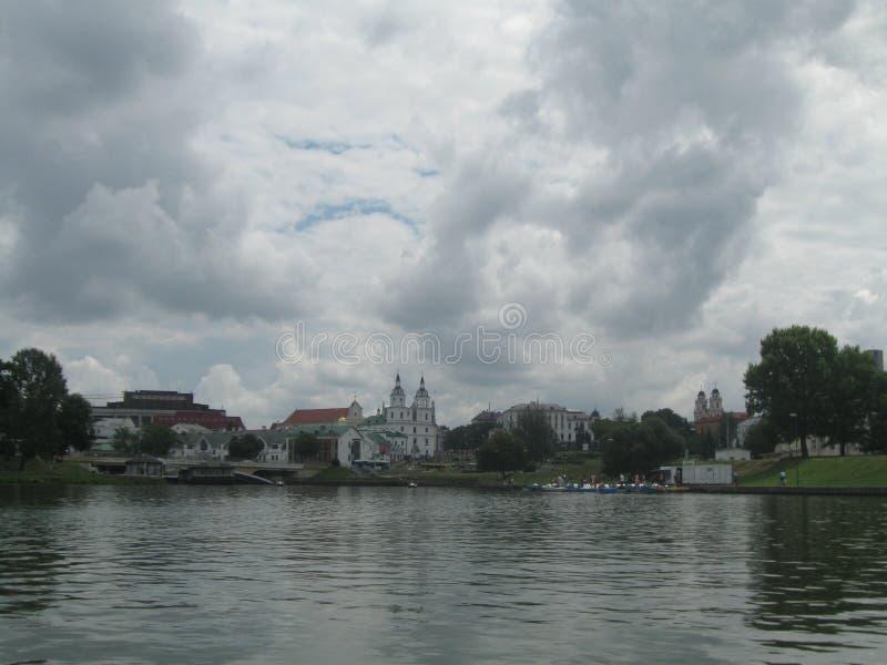Minsk historisk mittsikt från floden Svisloch arkivbild