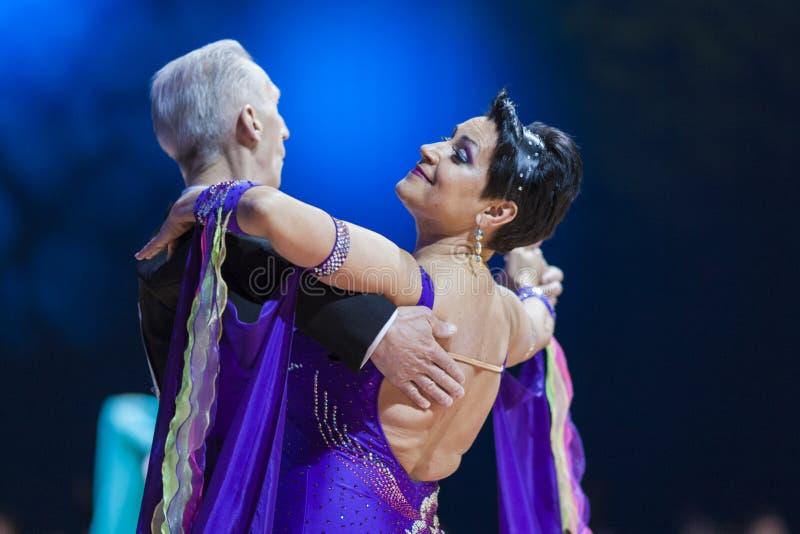 Minsk, luty 14, 2015: Starsza taniec para Evgeniy zdjęcie royalty free