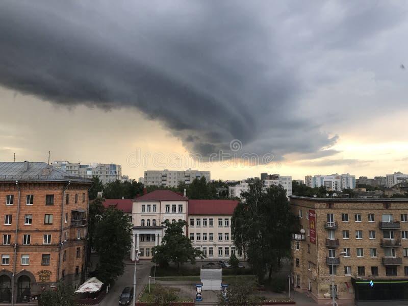 Minsk, Minsk, Bielorrússia o 1º de julho de 2017; Ataque o aviso, nuvem de tempestade sobre a cidade fotos de stock royalty free