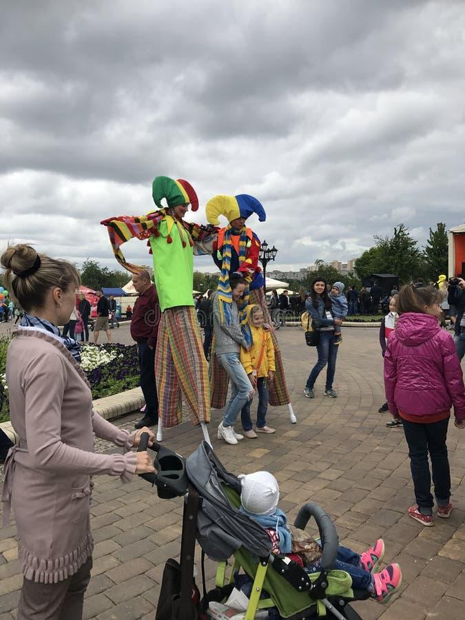 MINSK, MINSK, WIT-RUSLAND, 3 JULI, 2017; Stadsvakantie, Onafhankelijkheidsdag De narren op stelten onderhouden de mensen stock afbeelding