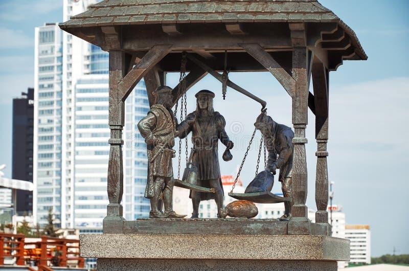 _ minsk Monumentstadsvåg Tre stadsbor som väger godset Maj 21, 2017 arkivbild