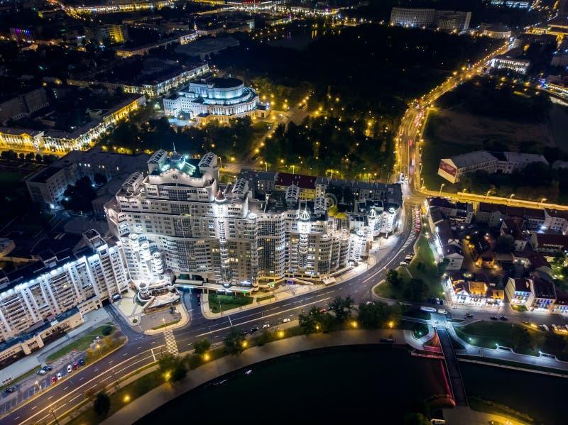 minsk Paesaggio urbano di vista aerea con illuminazione luminosa della via immagini stock