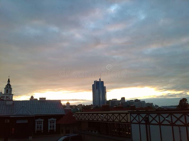 minsk Puesta del sol Cielos melancólicos Nubes Dom Cielo imagen de archivo libre de regalías