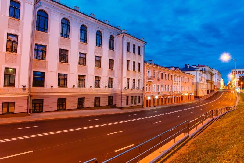 Minsk ulica iluminująca przy nocą Puste ulicy w wieczór obrazy royalty free
