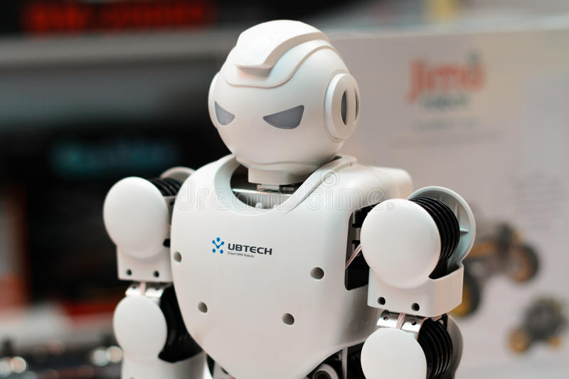 MINSK VITRYSSLAND - April 18, 2017: Robothumanoiden Ubtech Aplha 1S på TIBO-2017 den 24th internationalen specialiserade forum på royaltyfria foton