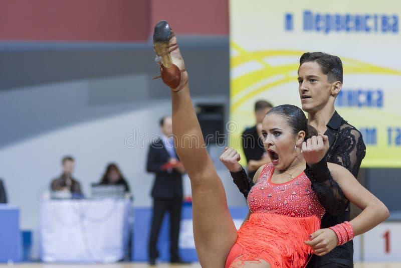 Minsk-Vitryssland Februari, 23: Det oidentifierade dansparet utför arkivfoton