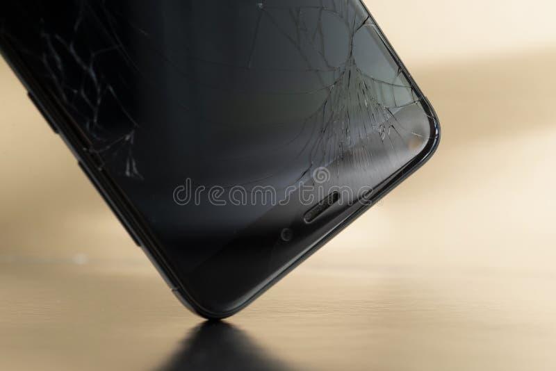 MINSK VITRYSSLAND - JULE 13, 2018: Splittrad skärm av telefonen Xiaomi Redmi 3 som ÄR PRO- under en nedgång till golvet på royaltyfri bild