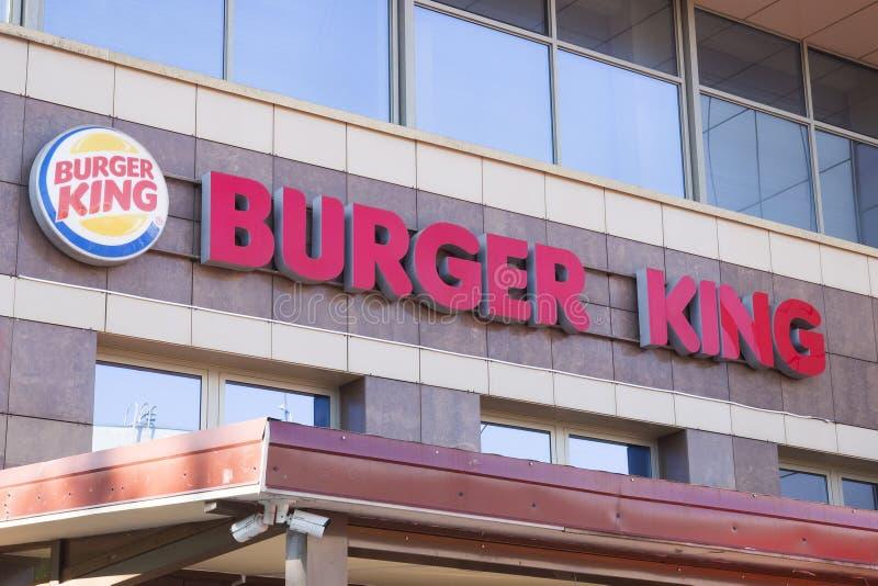 Minsk Vitryssland - Juli 8, 2018: Inskriftskylt Burger King på fasaden av byggnaden i Minsk arkivfoton