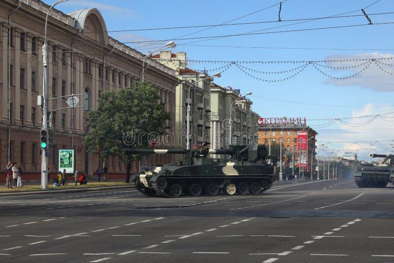 Minsk Vitryssland - Juli 3, 2019: militärfordon på dess väg till ståtar av självständighetsdagen av Vitryssland på Juli 3rd royaltyfria foton