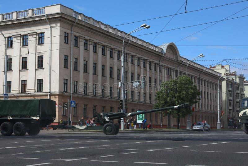 Minsk Vitryssland - Juli 3, 2019: militärfordon på dess väg till ståtar av självständighetsdagen av Vitryssland på Juli 3rd arkivfoton