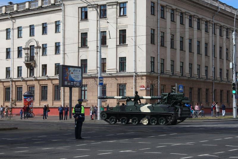 Minsk Vitryssland - Juli 3, 2019: militärfordon på dess väg till ståtar av självständighetsdagen av Vitryssland på Juli 3rd royaltyfri fotografi