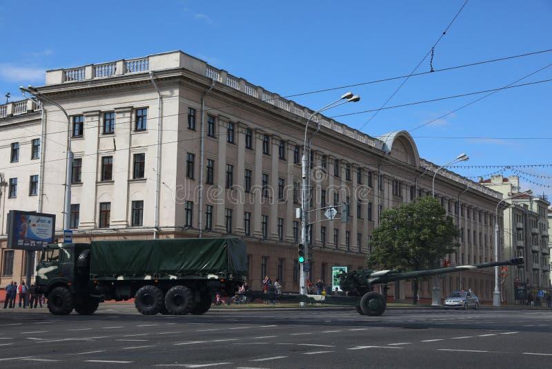 Minsk Vitryssland - Juli 3, 2019: militärfordon på dess väg till ståtar av självständighetsdagen av Vitryssland på Juli 3rd royaltyfria bilder