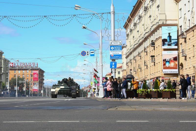 Minsk Vitryssland - Juli 3, 2019: militärfordon på dess väg till ståtar av självständighetsdagen av Vitryssland på Juli 3rd arkivfoto