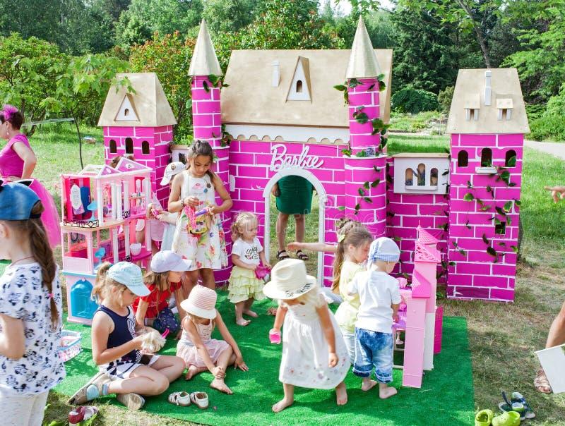 Minsk Vitryssland, Juni 3, 2018: Barnlek med dockor på lekplatsen Barbie arkivfoto