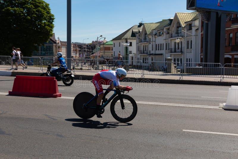 MINSK VITRYSSLAND - JUNI 25, 2019: Cyklisten från Ryssland deltar i delade kvinnor startar det individuella loppet på de 2nd euro royaltyfria bilder