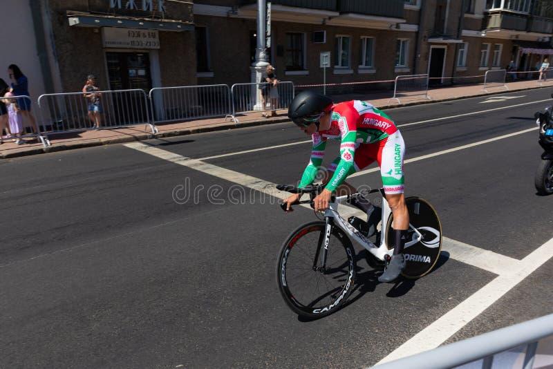 MINSK VITRYSSLAND - JUNI 25, 2019: Cyklisten från Ungern Pelikan deltar i delade män startar det individuella loppet på den 2nd e arkivbilder