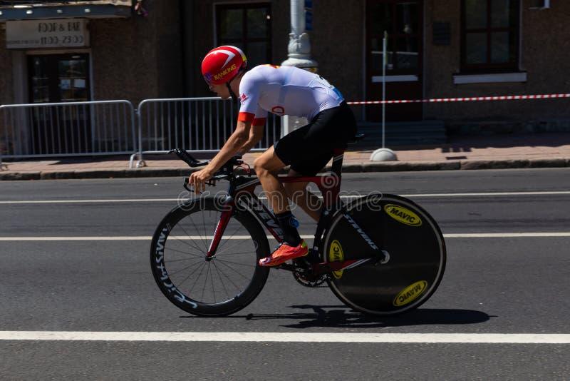 MINSK VITRYSSLAND - JUNI 25, 2019: Cyklisten Petrovski deltar i delade män startar det individuella loppet på den 2nd europeiska  arkivbilder