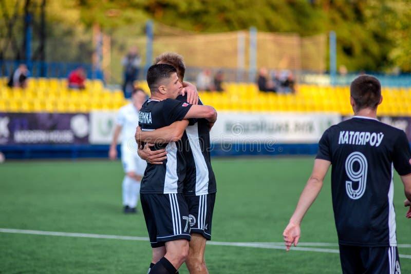 MINSK VITRYSSLAND - JUNI 24, 2018: Fotbollspelare firar mål under den vitryska premier leaguefotbollsmatchen mellan FC Luch arkivbild