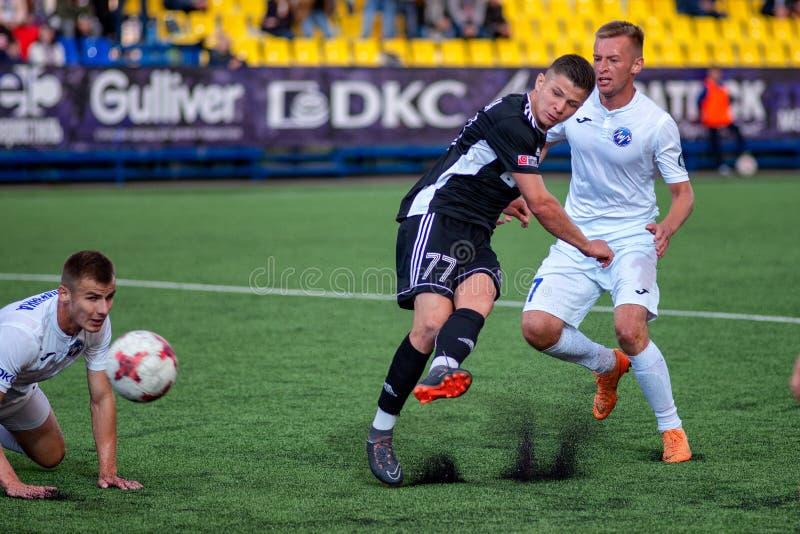 MINSK VITRYSSLAND - JUNI 24, 2018: Fotbollspelare slåss för boll under den vitryska premier leaguefotbollsmatchen mellan FC Luch royaltyfria foton