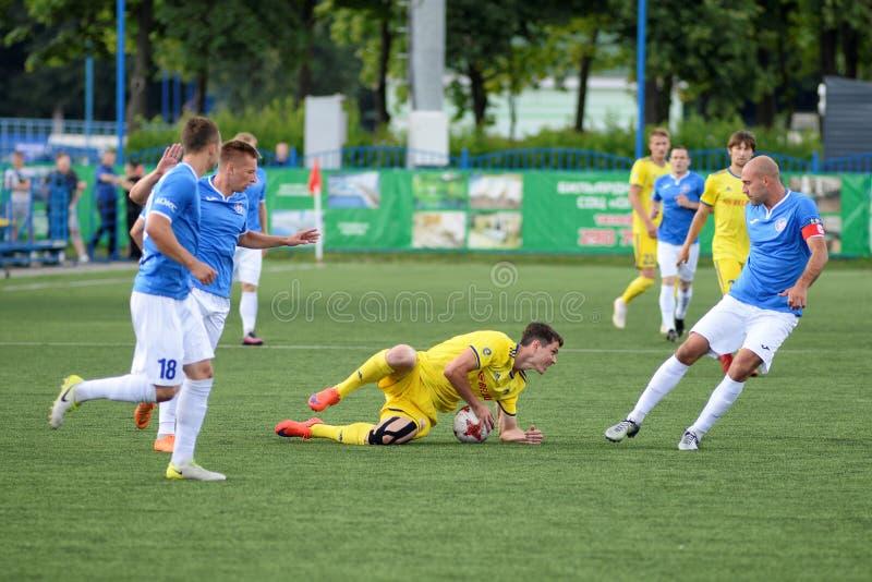 MINSK VITRYSSLAND - JUNI 29, 2018: fotbollsspelaren såras under den vitryska premier leaguefotbollsmatchen mellan FC Luch och FC  royaltyfria bilder