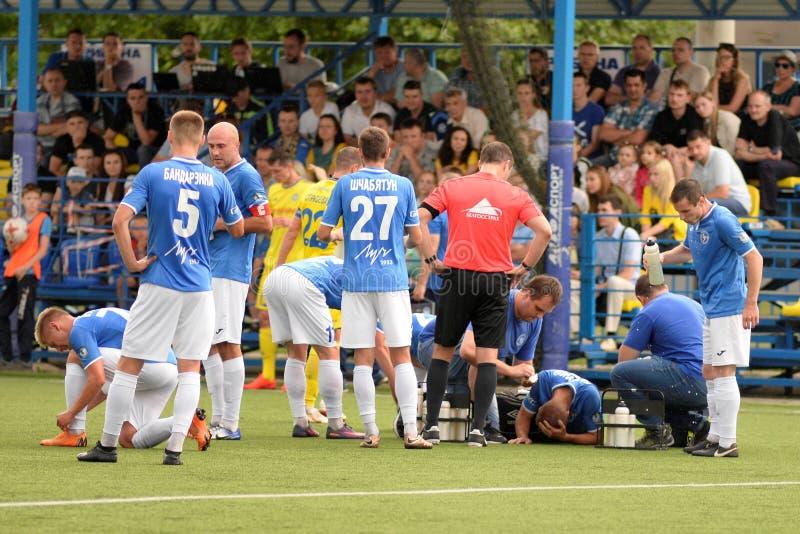MINSK VITRYSSLAND - JUNI 29, 2018: fotbollsspelaren såras under den vitryska premier leaguefotbollsmatchen mellan FC Luch och FC  arkivbild
