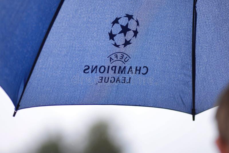 MINSK VITRYSSLAND - JUNI 29, 2018: Paraply med logo för liga för UEFA-mästare under den vitryska premier leaguefotbollsmatchbetwe royaltyfri fotografi