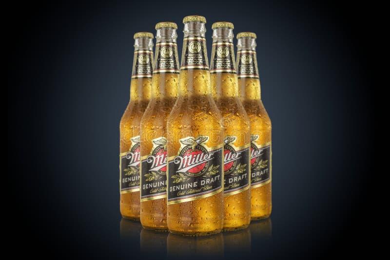 MINSK VITRYSSLAND - JUNI 29, 2017: Redaktörs- foto av fem flaskor Miller Genuine Draft Beer som isoleras på svart Mjölnaren är arkivbild