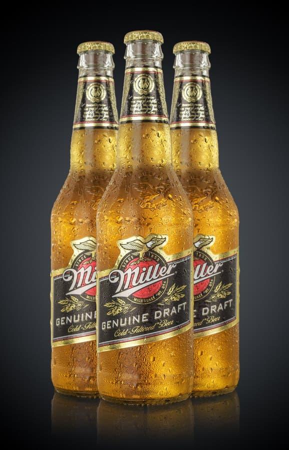 MINSK VITRYSSLAND - JUNI 29, 2017: Redaktörs- foto av flaskor Miller Genuine Draft Beer med droppar som isoleras på svart arkivbild