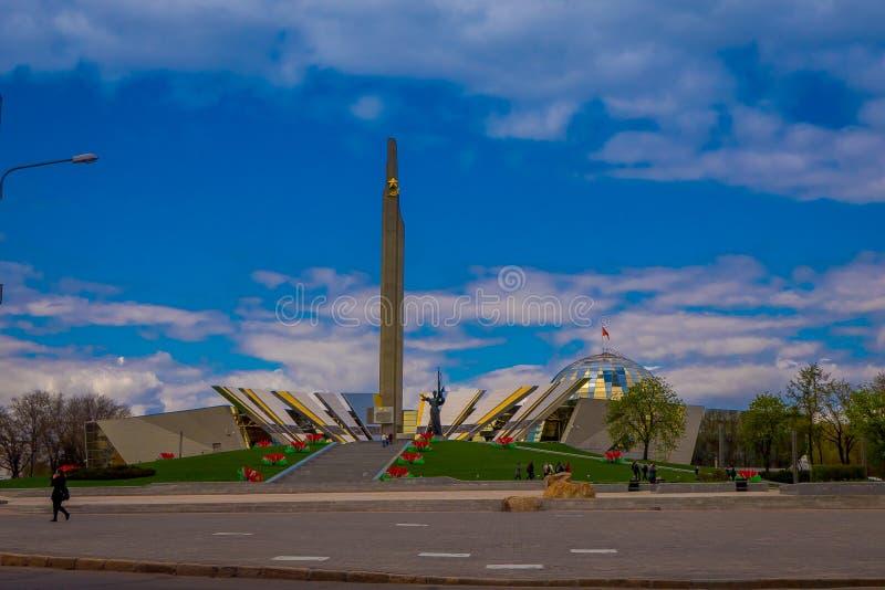 MINSK VITRYSSLAND - MAJ 01, 2018: Den utomhus- sikten av Stela, obelisken för den Minsk hjältestaden, monument i seger parkerar s fotografering för bildbyråer