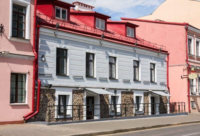Minsk Vitryssland - Maj 8, 2017: Färgrika hus på den Internatsionalnaya gatan Det är en av de äldsta gatorna i Minsk royaltyfria bilder