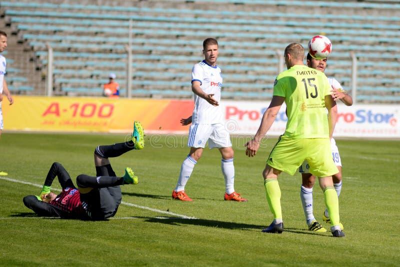 MINSK VITRYSSLAND - MAJ 6, 2018: Fotbollspelare argumenterar, kämpar under den vitryska premier leaguefotbollsmatchen between arkivfoto