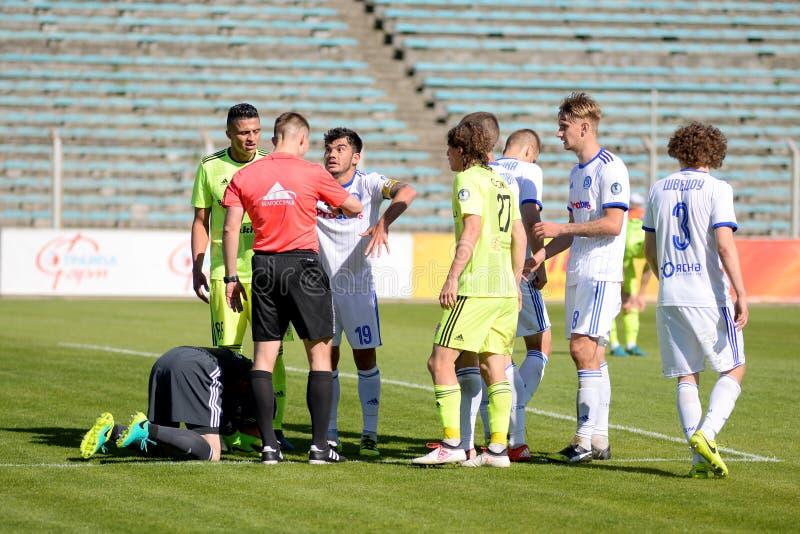 MINSK VITRYSSLAND - MAJ 6, 2018: Fotbollspelare argumenterar, kämpar under den vitryska premier leaguefotbollsmatchen between arkivfoton