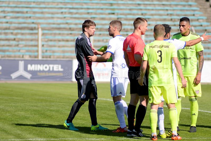 MINSK VITRYSSLAND - MAJ 6, 2018: Fotbollspelare argumenterar, kämpar under den vitryska premier leaguefotbollsmatchen between royaltyfri fotografi
