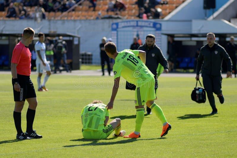 MINSK VITRYSSLAND - MAJ 6, 2018: Fotbollspelaren sårades under den vitryska premier leaguefotbollsmatchen mellan FC royaltyfria foton