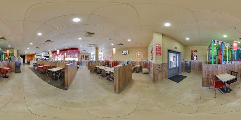 MINSK VITRYSSLAND - MAJ, 2017: full sömlös panorama 360 grader vinkelsikt i det inre moderna elitsnabbmatkafét Burger King in royaltyfria bilder