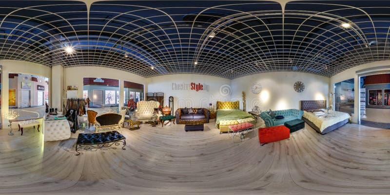 MINSK VITRYSSLAND - MAJ 2018: Full sfärisk sömlös panorama 360 grader i inre av shoppar med lagret för elitmöblemangvisningslokal arkivbilder