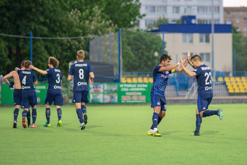 MINSK VITRYSSLAND - MAJ 14, 2018: NOYOK A och KHVASHCHYNSKI U fira målet under den vitryska premier league arkivfoton