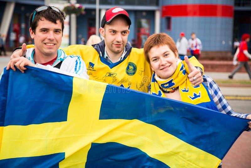 MINSK VITRYSSLAND - MAJ 11 - Sverige fläktar framme av den Chizhovka arenan på Maj 11, 2014 i Vitryssland Ishockeymästerskap arkivbilder